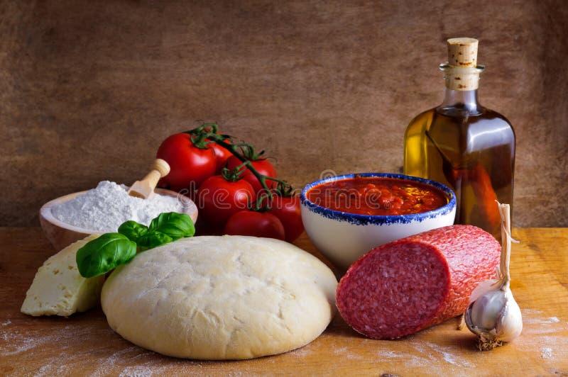 Eigengemaakte pizzaingrediënten royalty-vrije stock foto's