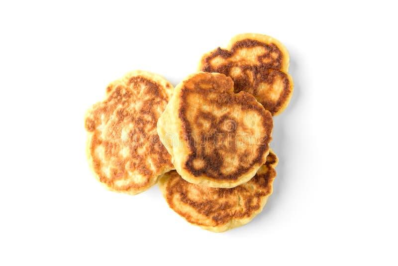 Eigengemaakte pluizige pannekoeken die op witte achtergrond worden geïsoleerd Russisch, Witrussisch voedsel stock foto