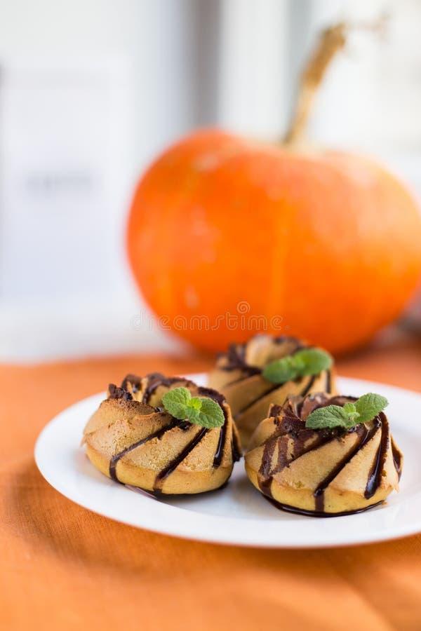 Eigengemaakte pompoen cupcakes met chocolade stock foto