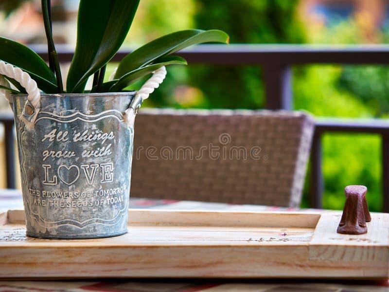 Eigengemaakte pot met liefdebericht over een houten sleep royalty-vrije stock afbeeldingen