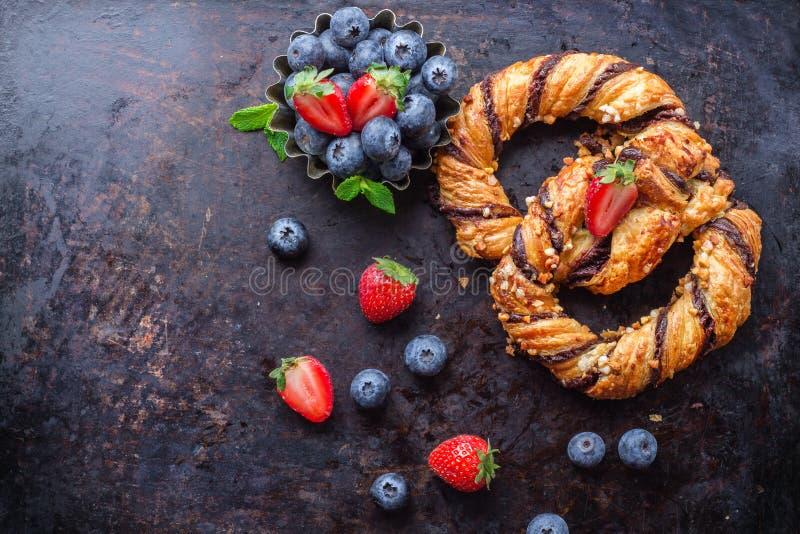 Eigengemaakte pretzel met chocolade en knapperige amandelen stock foto