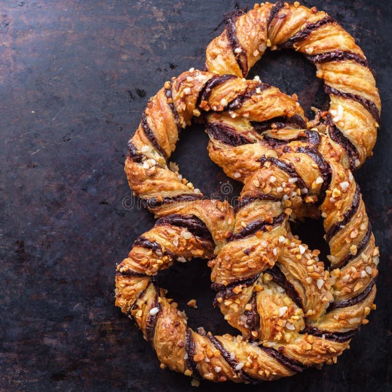 Eigengemaakte pretzel met chocolade en knapperige amandelen royalty-vrije stock afbeeldingen