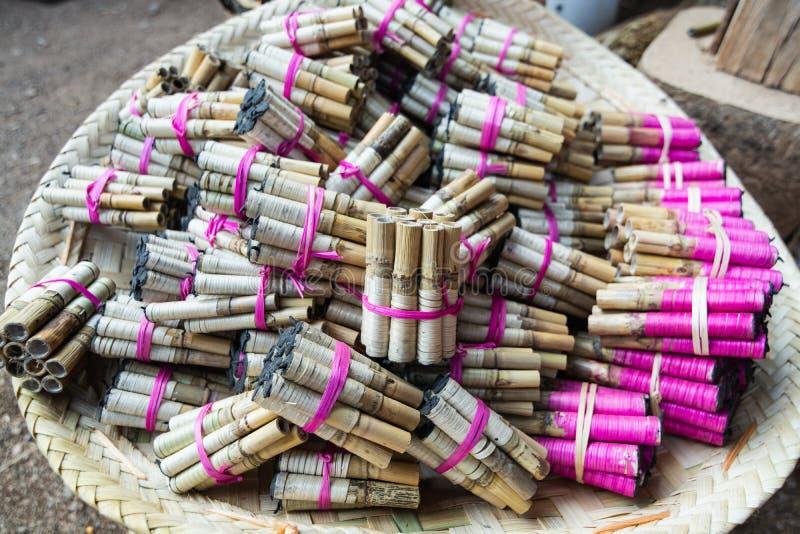 Eigengemaakte pyrotechniek op Birmaanse straatmarkt op Inle-meer, Myanmar royalty-vrije stock foto's