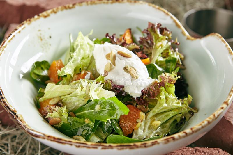 Eigengemaakte Rustieke Salade met Gebakken Pompoen en Kaasmousse op Ha royalty-vrije stock afbeeldingen