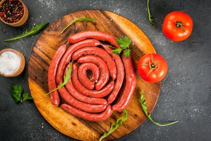 Eigengemaakte ruwe rundvleesworsten stock fotografie