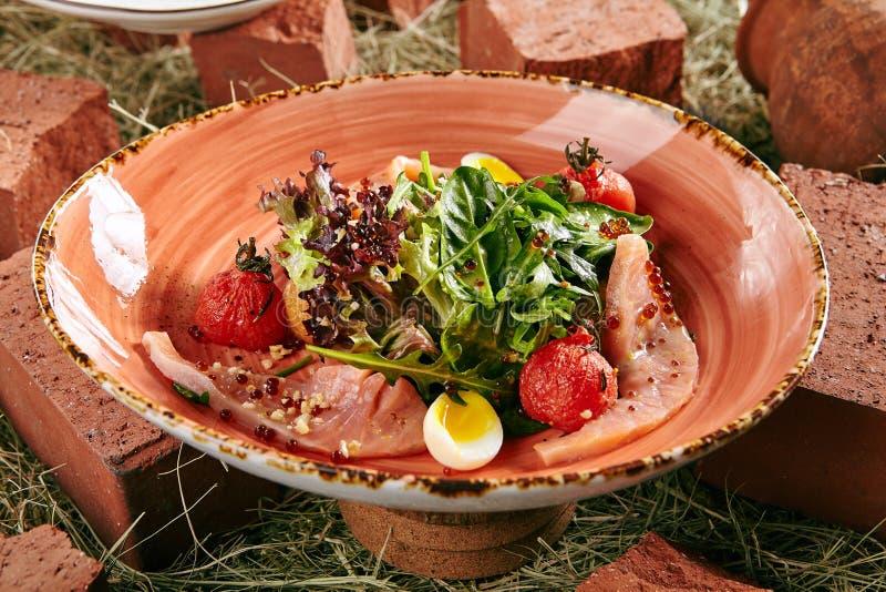 Eigengemaakte Salade met Gerookte Zalm royalty-vrije stock fotografie
