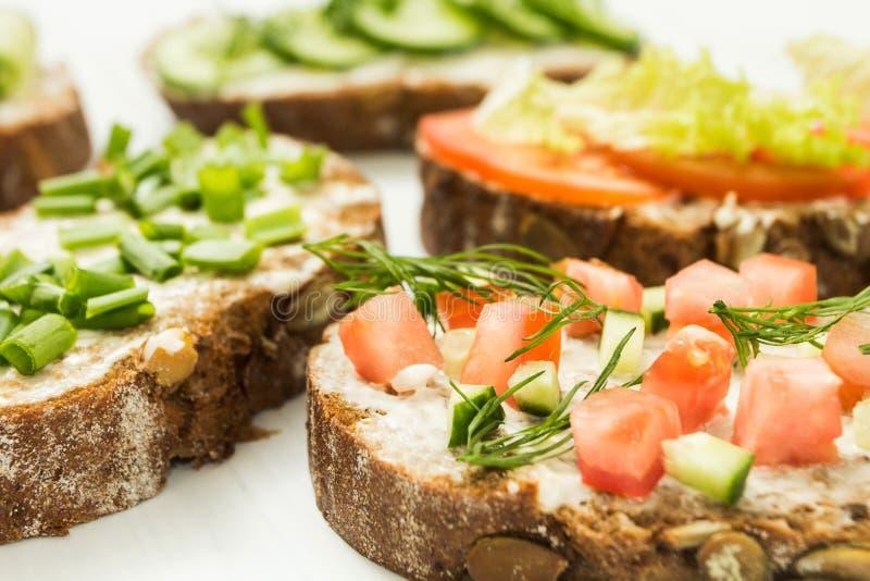 Eigengemaakte sandwiches Laag koolhydraatdieet van biologische producten gezond ontbijtconcept royalty-vrije stock afbeelding