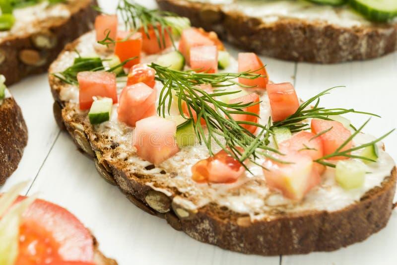Eigengemaakte sandwiches Laag koolhydraatdieet van biologische producten gezond ontbijtconcept stock foto's