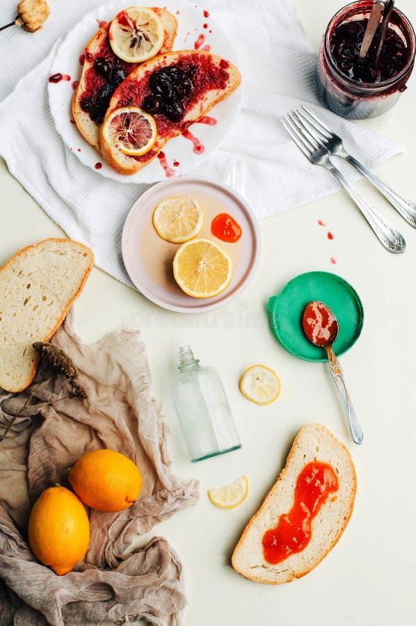 Eigengemaakte sandwiches met perzik en kersenjam op een witte backgro stock afbeeldingen