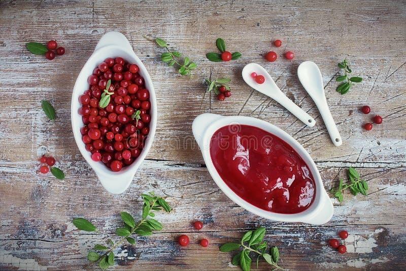 Eigengemaakte saus van het lingonberry bos royalty-vrije stock afbeelding