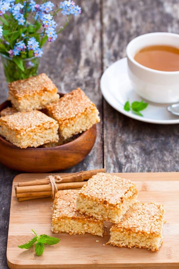 Download Eigengemaakte Sesamkoekjes Met Kop Thee Stock Foto - Afbeelding bestaande uit vers, gezond: 54088782