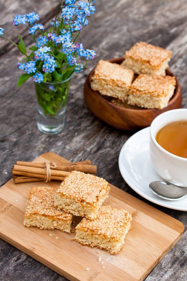 Download Eigengemaakte Sesamkoekjes Met Kop Thee Stock Afbeelding - Afbeelding bestaande uit voeding, heerlijk: 54088833