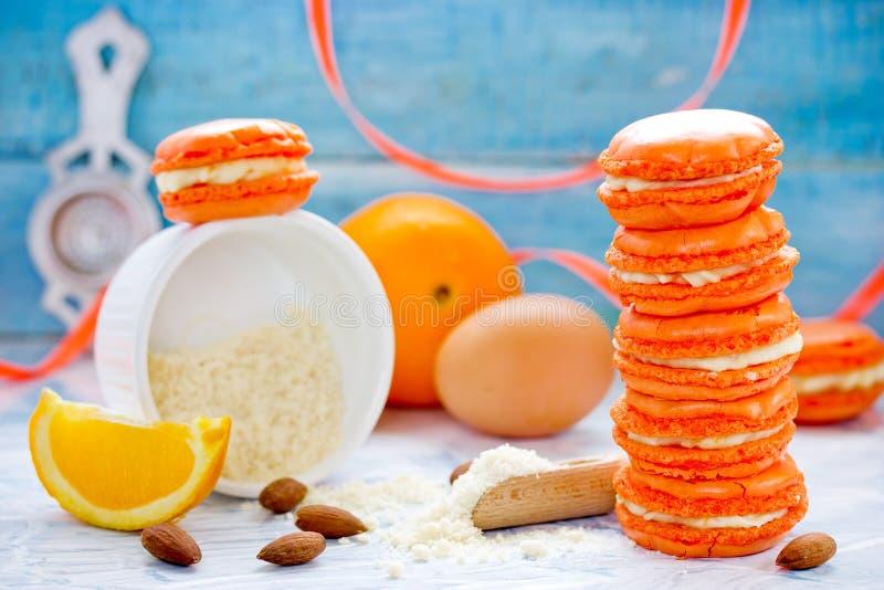 Eigengemaakte sinaasappel en mascarpone Franse macaronsmakarons stock foto