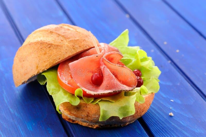 Eigengemaakte Skandinavische hamburger met ham, sla en verse cran stock foto