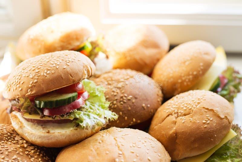 Eigengemaakte smakelijke hamburgers met rundvlees, kaas Straatvoedsel, snel voedsel royalty-vrije stock foto's