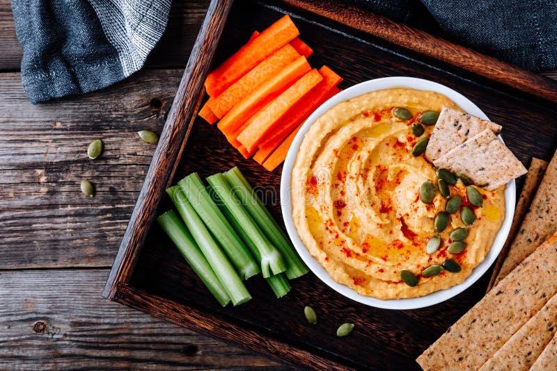 Eigengemaakte Smakelijke Pompoen Hummus De onderdompeling van het dankzeggingsvoorgerecht royalty-vrije stock foto's