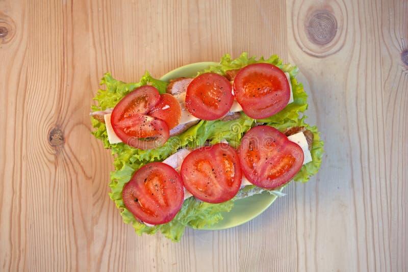Eigengemaakte smakelijke sandwich met vlees en groenten stock afbeeldingen