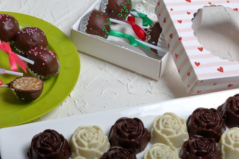 Eigengemaakte snoepjes Met chocolade bedekte snoepjes met amandel het vullen De cake knalt verfraaid met een boog van vlecht Op d royalty-vrije stock afbeeldingen