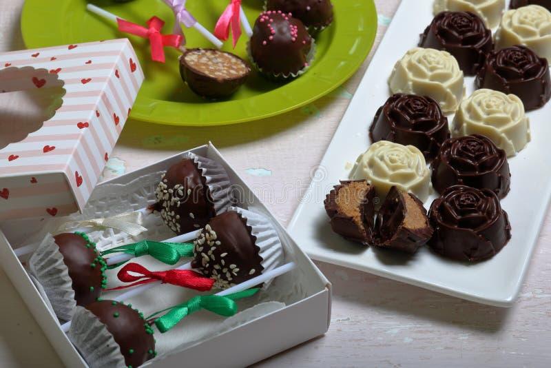 Eigengemaakte snoepjes Met chocolade bedekte snoepjes met amandel het vullen De cake knalt verfraaid met een boog van vlecht Op e royalty-vrije stock afbeelding