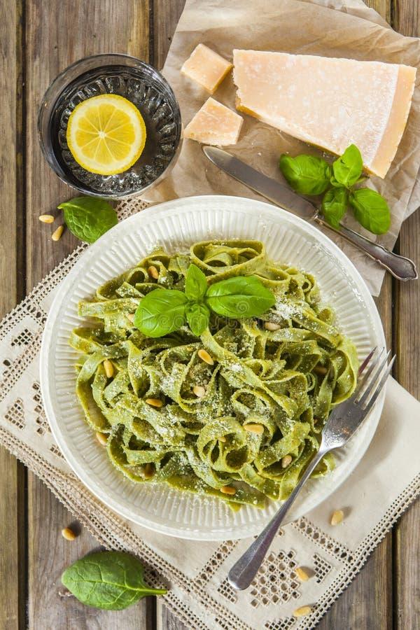 Eigengemaakte spinaziedeegwaren met pesto en Parmezaanse kaaskaas stock fotografie