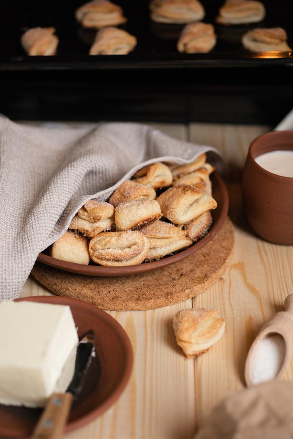 Eigengemaakte suikerkoekjes Ingrediënten voor koekjes - suiker, boter royalty-vrije stock fotografie