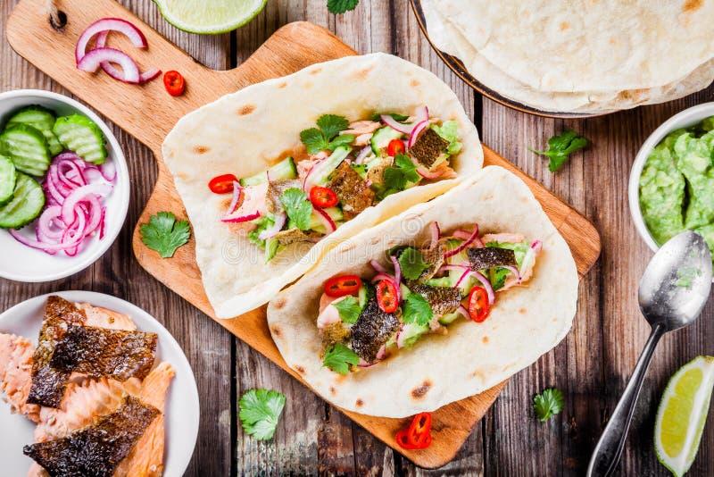 Eigengemaakte taco's met zalm royalty-vrije stock afbeeldingen