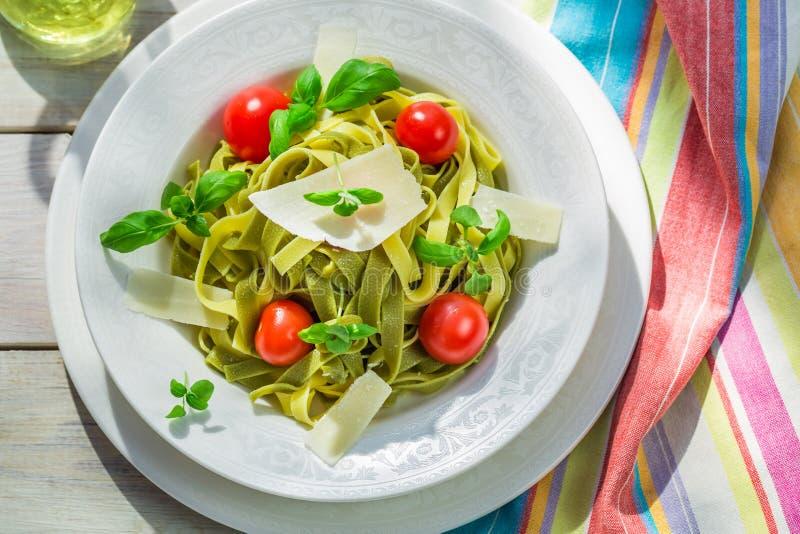 Eigengemaakte tagliatelle met basilicum en tomaat royalty-vrije stock fotografie