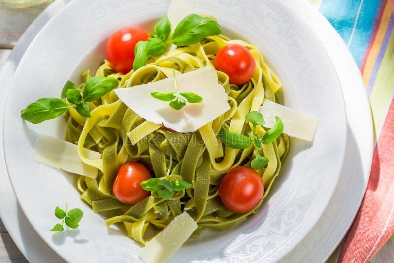 Eigengemaakte tagliatelle met basilicum en tomaat stock foto's