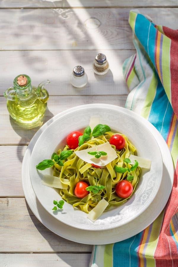Eigengemaakte tagliatelle met tomaat en basilicum stock foto's