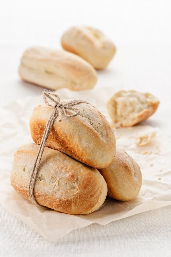 Eigengemaakte tarwe minibaguettes stock afbeelding