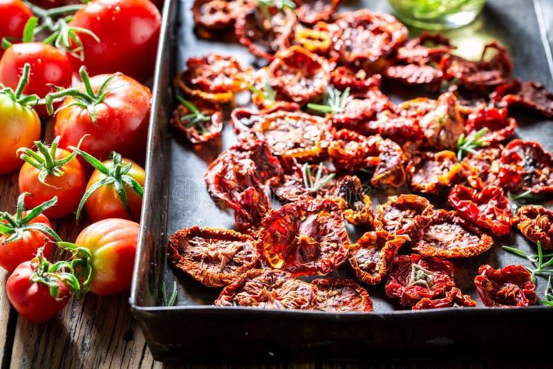 Eigengemaakte tomaten droog in de zon als aromatische ingrediënten stock foto