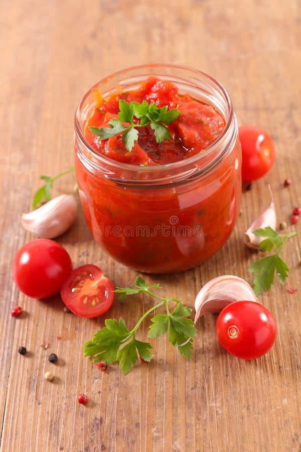 Eigengemaakte tomatensaus met kruid stock foto