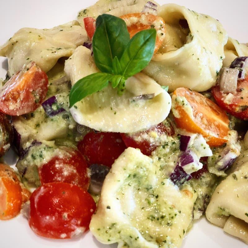 Eigengemaakte Tortellini met Cherry Tomatoes royalty-vrije stock afbeeldingen