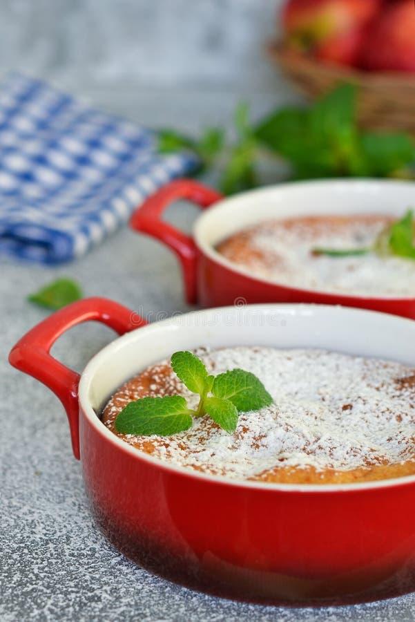 Eigengemaakte vanillebraadpan met ricotta en rozijnen stock foto's