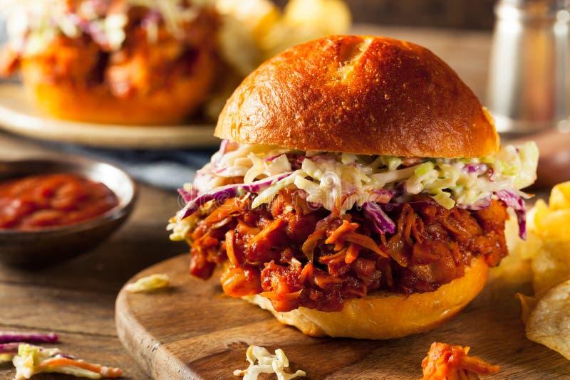 Eigengemaakte Veganist Getrokken Jackfruit-BBQ Sandwich royalty-vrije stock fotografie