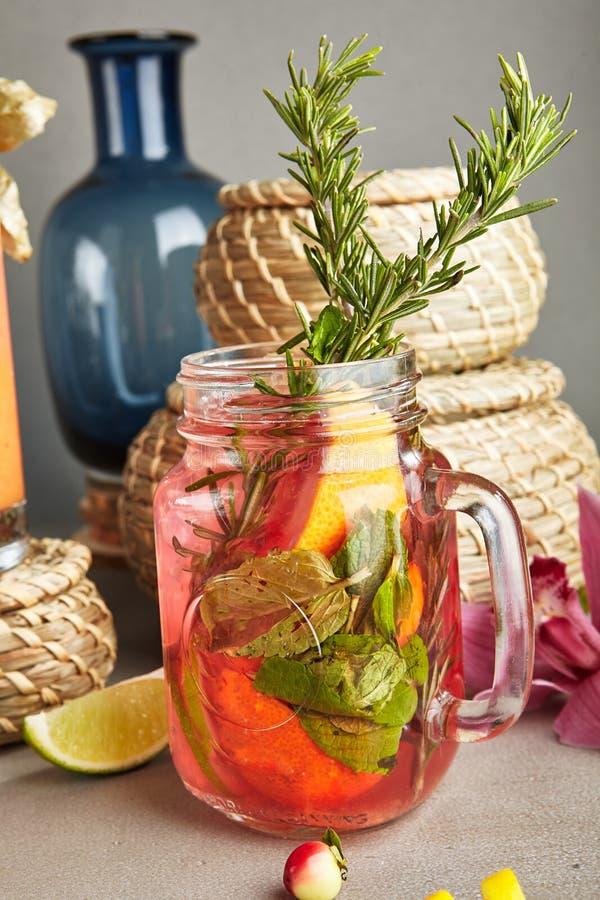 Eigengemaakte Verfrissende Aardbei Mojito of Limonade in Mason Jar w stock afbeeldingen