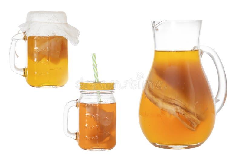 Eigengemaakte vergiste drank Kombucha in een een glaskruik en kruik Ge?soleerde stock foto