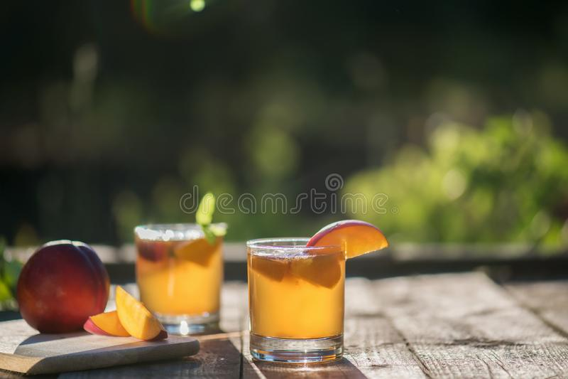 Eigengemaakte Vergiste Ruwe Kombucha-Thee Klaar om met perzik te drinken De zomer probiotic gezonde drank in glas royalty-vrije stock afbeelding