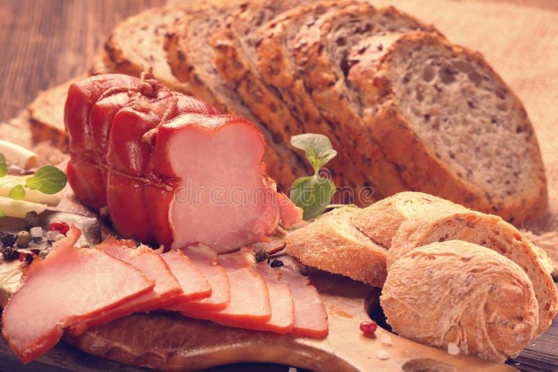 Eigengemaakte verglaasde gerookte ham met verse natuurlijke kruiden en aromatisch royalty-vrije stock foto