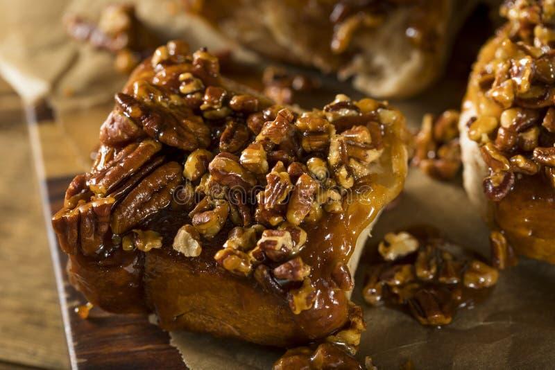 Eigengemaakte Verglaasde Pecannoot Kleverige Broodjes royalty-vrije stock afbeelding