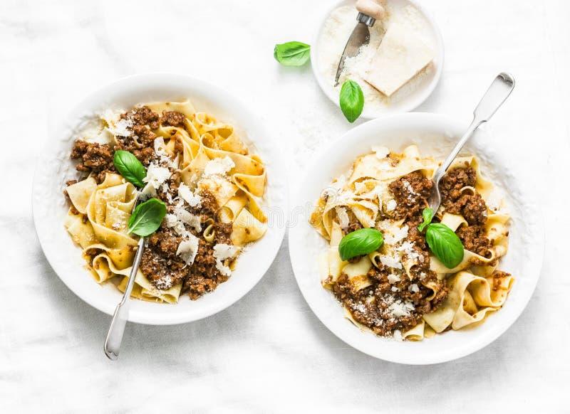 Eigengemaakte versheids pappardelle deegwaren met rundvlees bolognese saus op een lichte achtergrond Gediende lunchlijst Hoogste  royalty-vrije stock foto's