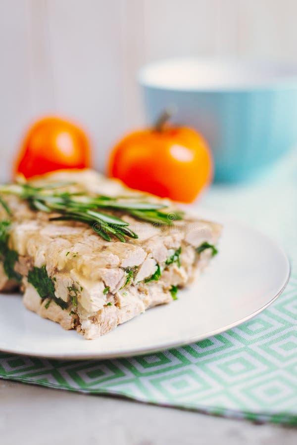 Eigengemaakte Vleesterrine met greens stock foto