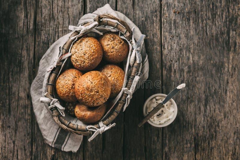 Eigengemaakte volkorenbroodbroodjes met vlas en zonnebloemzaden en sesam Voedselachtergrond met exemplaar ruimte, hoogste mening stock foto