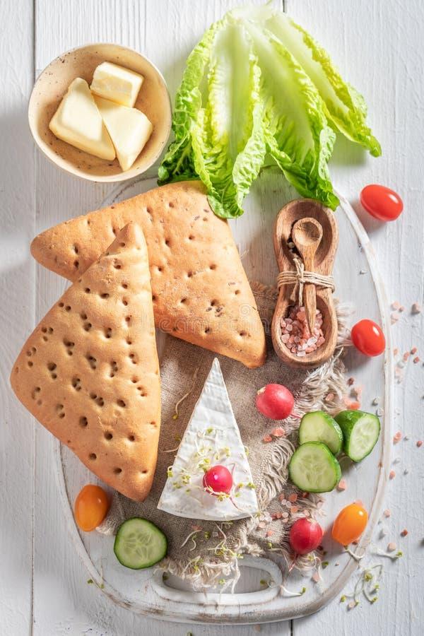 Eigengemaakte voorbereiding voor sandwich met groenten, kaas en kruiden royalty-vrije stock foto