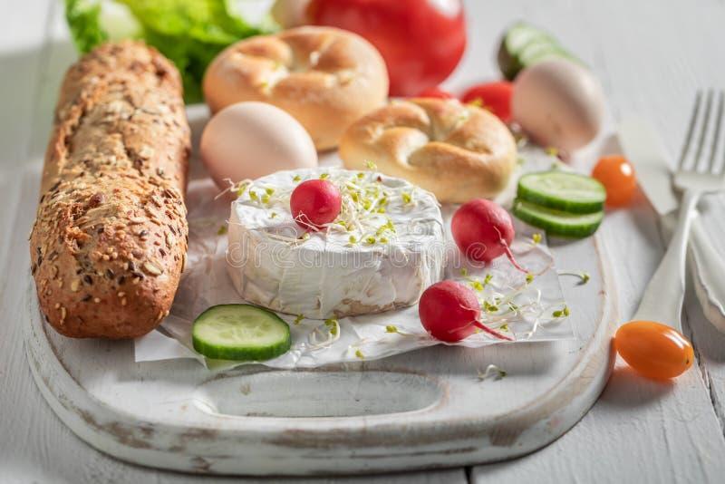 Eigengemaakte voorbereiding voor sandwich met sla, tomaat en bieslook royalty-vrije stock afbeeldingen