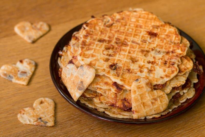 Eigengemaakte wafels met gebraden uien, champignons en kaas stock fotografie