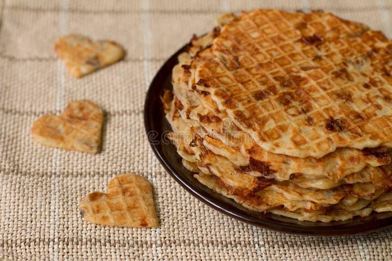 Eigengemaakte wafels op plaat Romantisch ontbijt stock afbeelding