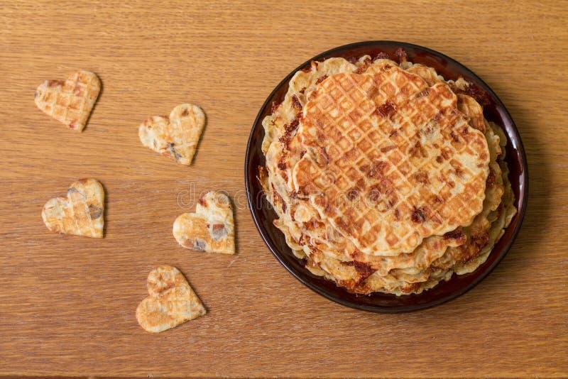 Eigengemaakte wafels op plaat Romantisch ontbijt stock foto's