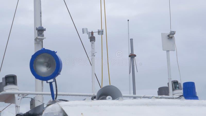 Eigengemaakte windvin, een apparaat om de richting van de wind op het schip te bepalen De bovenkant van het varen verscheept mast stock foto
