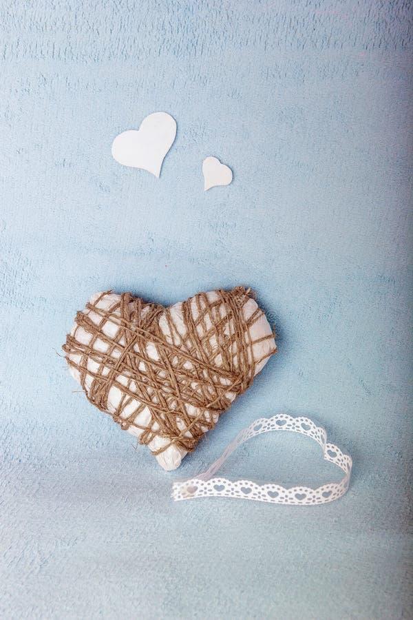Eigengemaakte witte en blauwe kaart voor de Dag van Valentine stock fotografie